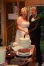 brudeparet skjærer kake